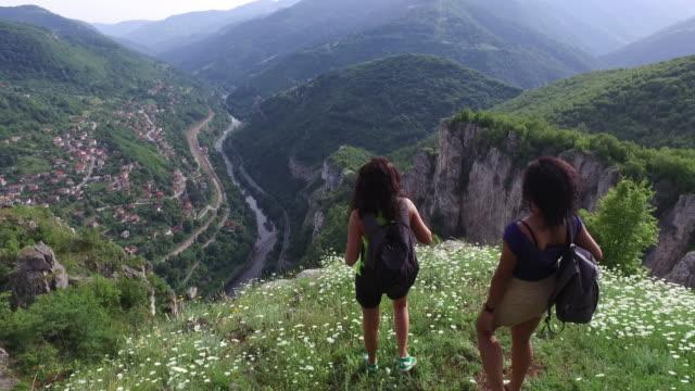 Jonge vrouwen wandelen in de bergen