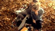 Junge Frauen Entspannen mit Freunden im park