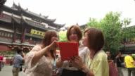 Young women visiting Yuyuan
