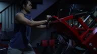 JD-Training im Fitnessraum mit personal Trainer