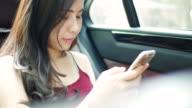 Youngwoman Smartphone betrachten