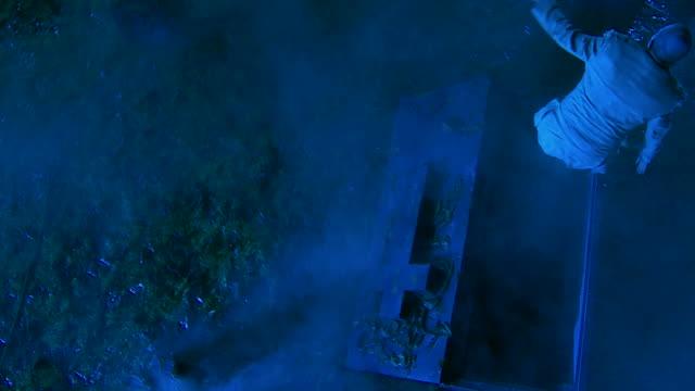 HD CRANE: Zombie hoch aus dem Grab auf dem Friedhof