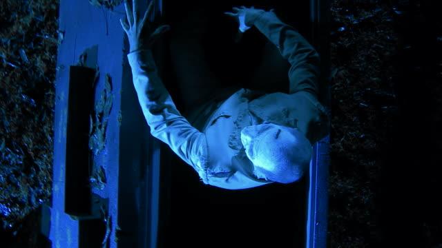 HD CRANE: Zombie sitzt In den Sarg