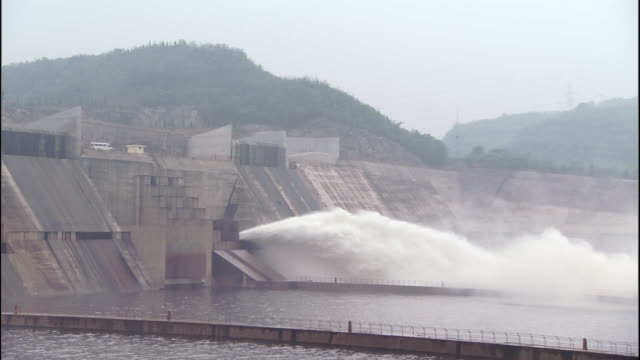 Zoom out as water spurts from Xiaolangdi dam, China