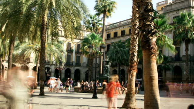 Zoom out time lapse in Placa Reial