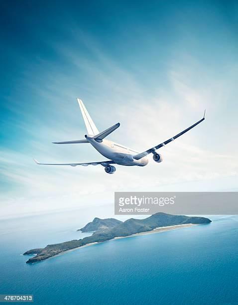 illustrations, cliparts, dessins animés et icônes de airplane in flight - île
