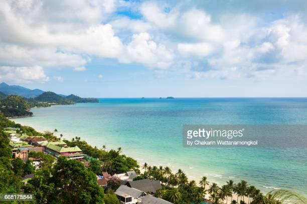 illustrazioni stock, clip art, cartoni animati e icone di tendenza di bird's eye view of koh chang white sand beach in a sunny day. - elettromagnetismo