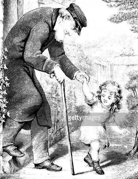 Chica rubia con su abuelo, ambos caminando en el jardín
