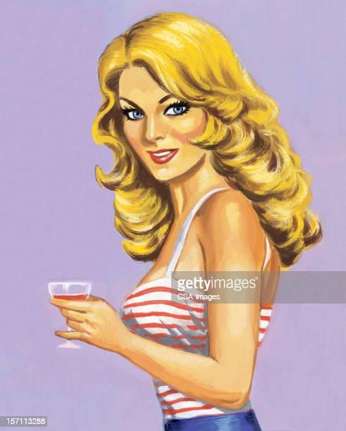 金髪の女性が飲む