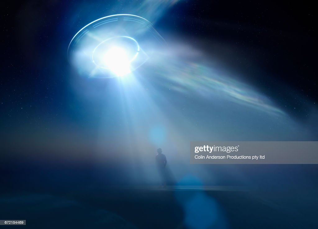 Devinettes de janvier 2019 - Page 2 Caucasian-man-standing-in-beam-of-light-from-ufo-illustration-id672154469