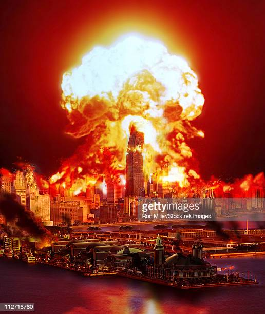 illustrations, cliparts, dessins animés et icônes de chicago disintegrates as a nuclear explosion erupts in the middle of the city. - bombe atomique