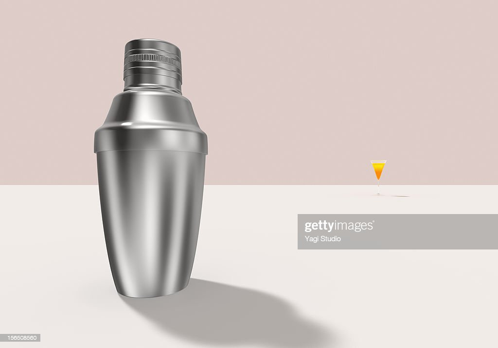 A cocktail shaker and cocktail : Stock Illustration