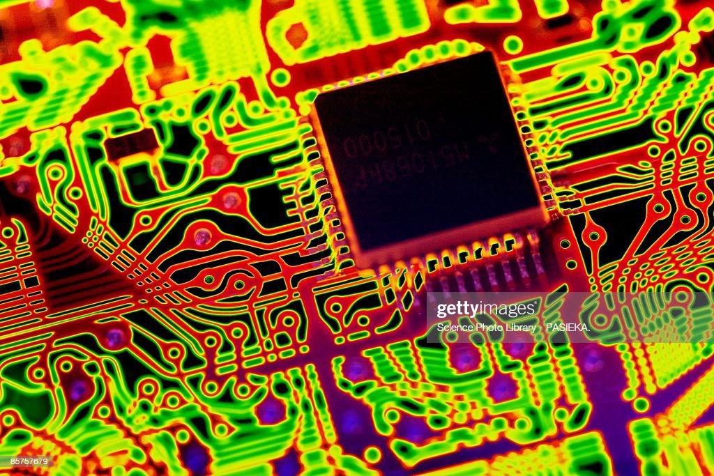 Computer chip in circuit board : Illustrazione stock
