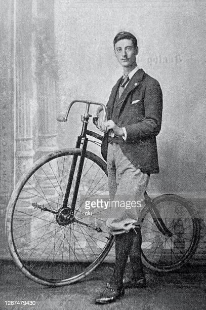 radfahrer f.w. shorland, england, steht neben seinem fahrrad, elegant gekleidet - neunzehntes jahrhundert stock-grafiken, -clipart, -cartoons und -symbole