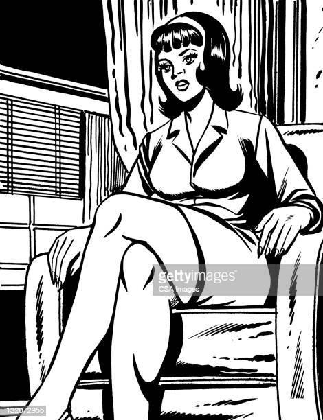 Mujer de pelo oscuro sentado en silla