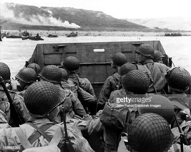 ilustraciones, imágenes clip art, dibujos animados e iconos de stock de digitally restored vector photo of american troops in a landing craft. - casco militar