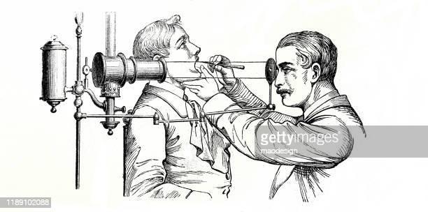 ilustrações, clipart, desenhos animados e ícones de médico verifica a garganta do paciente por um dispositivo especial - 1887