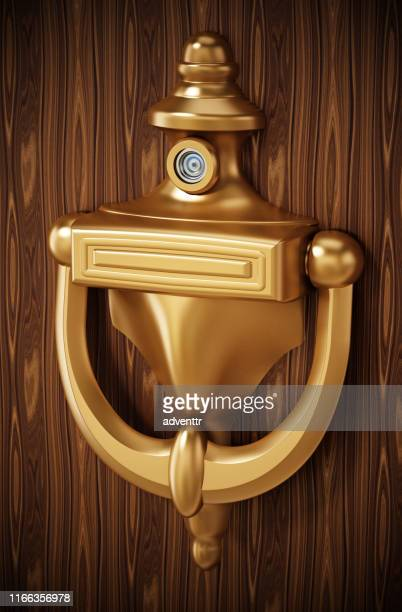 illustrations, cliparts, dessins animés et icônes de frappeur de porte sur la porte en bois - marteaudeporte