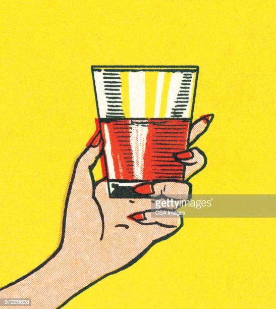 ilustraciones, imágenes clip art, dibujos animados e iconos de stock de drink in the hand - cóctel bebida alcohólica