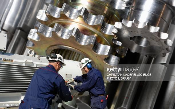ilustraciones, imágenes clip art, dibujos animados e iconos de stock de engineers working with metal cogs - ingeniero civil