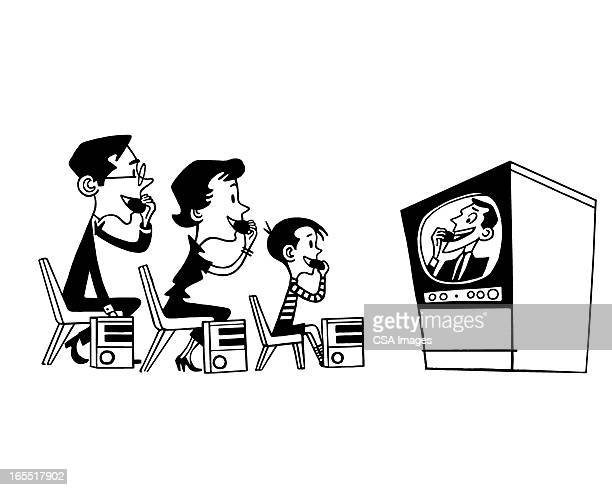 ilustraciones, imágenes clip art, dibujos animados e iconos de stock de familia viendo televisión - familia viendo tv