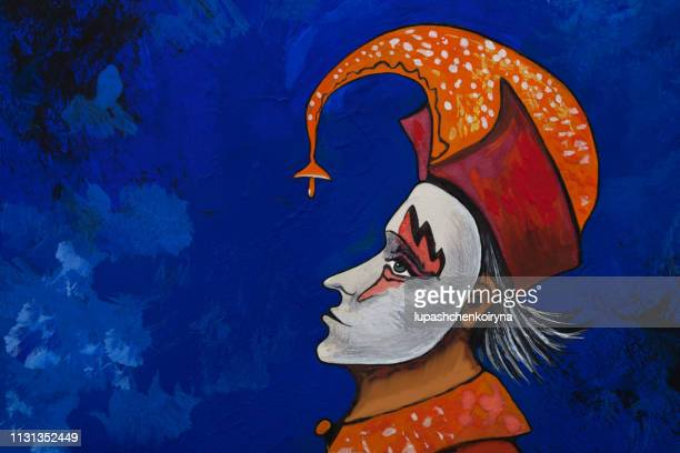 illustrations, cliparts, dessins animés et icônes de illustration à la mode oeuvre moderne ma peinture originale avec des aquarelles sur papier symbolique portrait horizontal fabuleux profil de personnage théâtral de harlequin en costume de scène et masque théâtral sur son visage dans une coiffe rouge  - arlequin