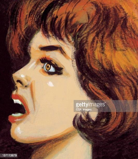 おびえた赤毛の女性