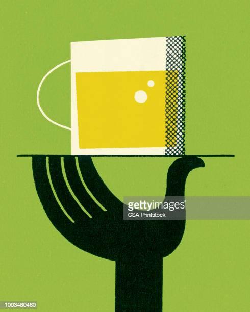 ビールとトレイを持っている手 - トレイ点のイラスト素材/クリップアート素材/マンガ素材/アイコン素材