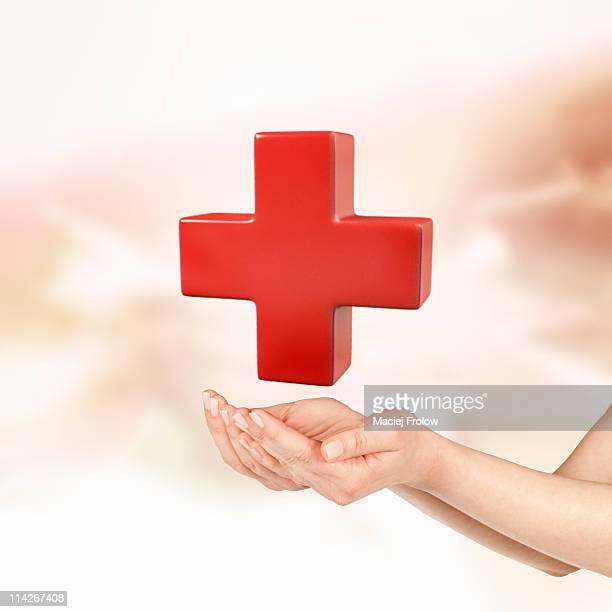 ilustrações, clipart, desenhos animados e ícones de hand under red cross symbol - símbolo médico