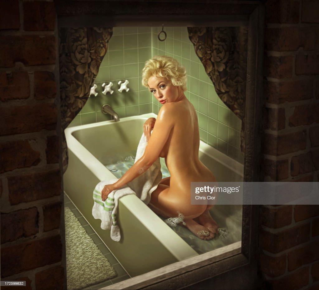 Illustration of Caucasian woman washing in bathtub : Ilustración de stock