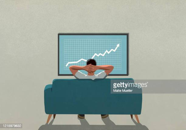 man on sofa watching rising stock market data on tv - börsenhandel finanzberuf stock-grafiken, -clipart, -cartoons und -symbole
