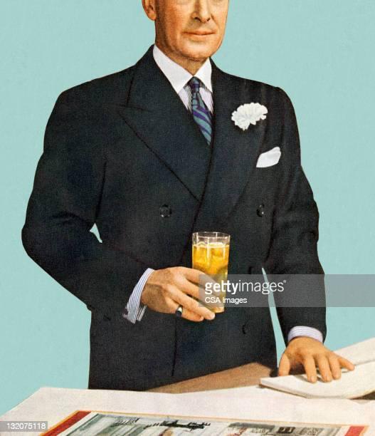 Homme debout en tenant une boisson