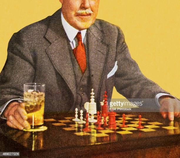 Homme jouant aux échecs avec boissons