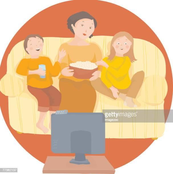 ilustraciones, imágenes clip art, dibujos animados e iconos de stock de mom watching a movie with her children - familia viendo tv