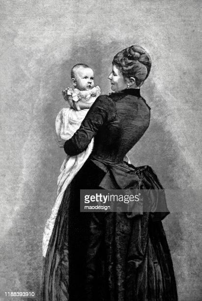 ilustrações, clipart, desenhos animados e ícones de a mamã está prendendo o bebê em suas mãos - 1887