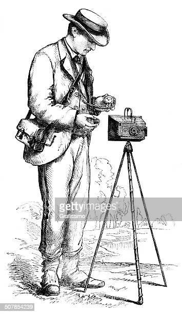 ilustrações de stock, clip art, desenhos animados e ícones de fotógrafo tirar fotos com câmera 1876, flexíveis - maquina fotografica antiga