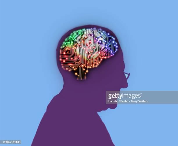 stockillustraties, clipart, cartoons en iconen met profile of elderly man with an electric circuit brain lit up inside his head - ziekte van alzheimer