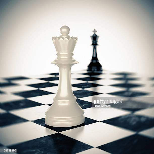 ilustraciones, imágenes clip art, dibujos animados e iconos de stock de queen facing off king on a chess board - tablero de ajedrez
