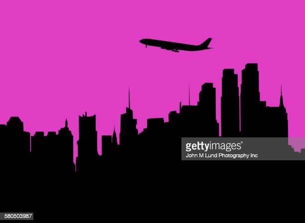 ilustraciones, imágenes clip art, dibujos animados e iconos de stock de silhouette of airplane flying over city skyline - viaje de negocios