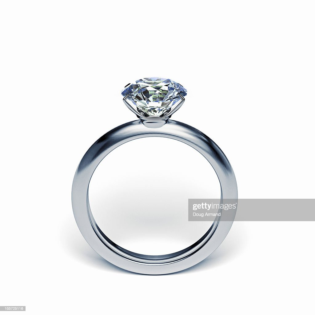 Silver diamond ring upright on white surface : Ilustração de stock