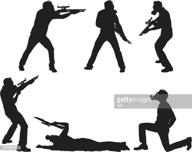 ilustraciones, imágenes clip art, dibujos animados e iconos de stock de soldier waring máscara de gas y dispara con escopetas - arma biológica