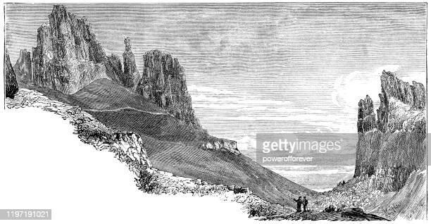 スカイ島のクレーリング、スコットランド - 19世紀 - 内陸部の岩柱点のイラスト素材/クリップアート素材/マンガ素材/アイコン素材