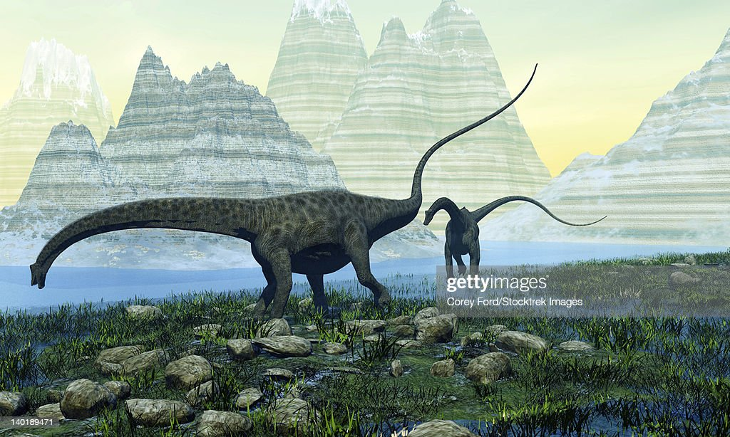Two Diplodocus dinosaurs munch on vegetation near a mountain lake. : Ilustración de stock