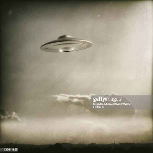 illustrations, cliparts, dessins animés et icônes de vintage ufo in the sky, illustration - extraterrestre