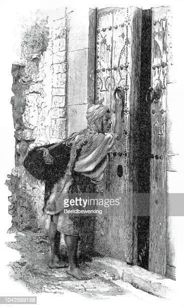 illustrations, cliparts, dessins animés et icônes de porteur d'eau à l'aide de heurtoir de porte sur illustration 1895 de la grande porte «la terre et son peuple» - marteaudeporte