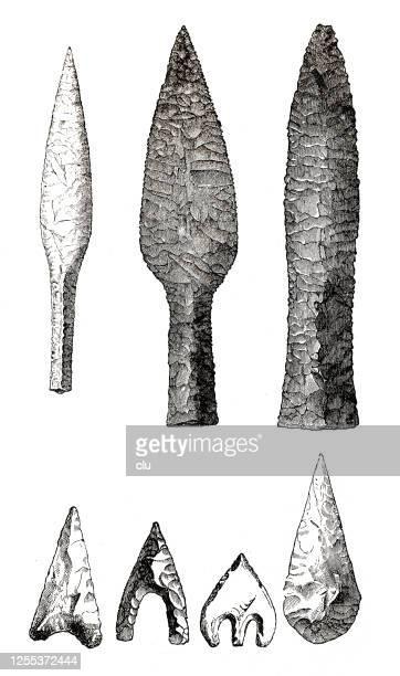 waffen der prähistorischen zeit: speerspitze, dolch, pfeilspitzen - pfeilspitze stock-grafiken, -clipart, -cartoons und -symbole