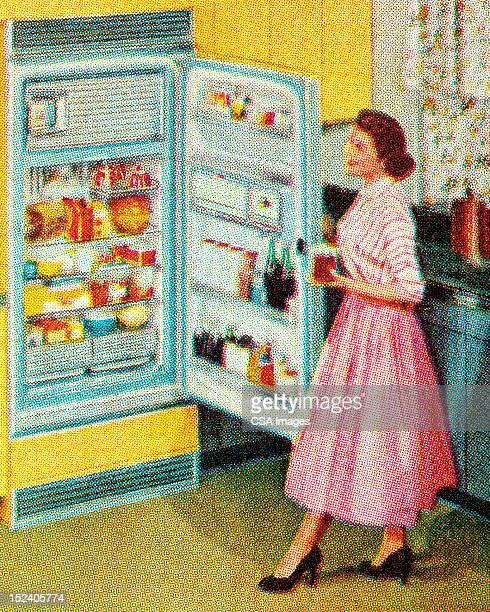 Femme ouvert réfrigérateur à