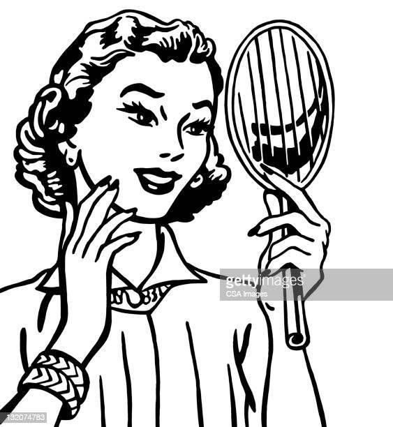 Mujer agarrando espejo de mano