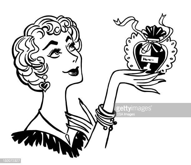 Mujer agarrando la botella de Perfume