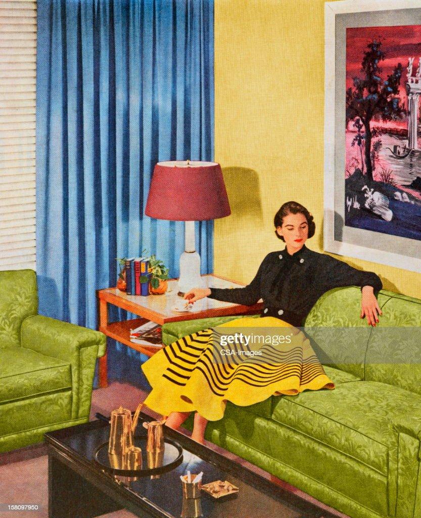Mujer sentada en la sala de estar : Ilustración de stock